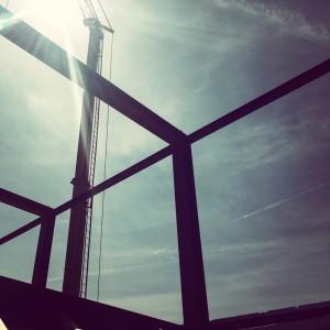 Stahlgerüst und Sonnenschein