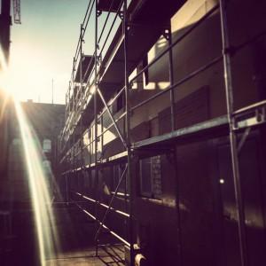 Baugerüst und Sonnenschein